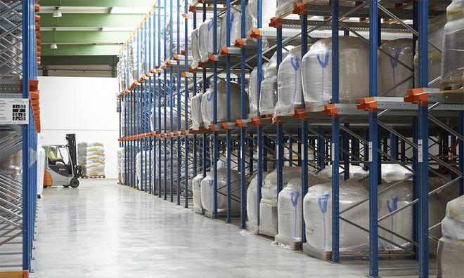 """<p class=""""Normal""""> Những bao tải chứa đầy keo arabic thô để sản xuất kẹo cao su từ các cảng châu Phi đang chờ để được xử lý.</p><p class=""""Normal"""">Ảnh: Alland &amp; Robert</p>"""