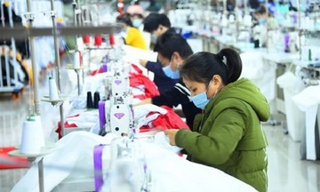 Hoạt động sản xuất của Trung Quốc giảm do làn sóng mới của COVID-19
