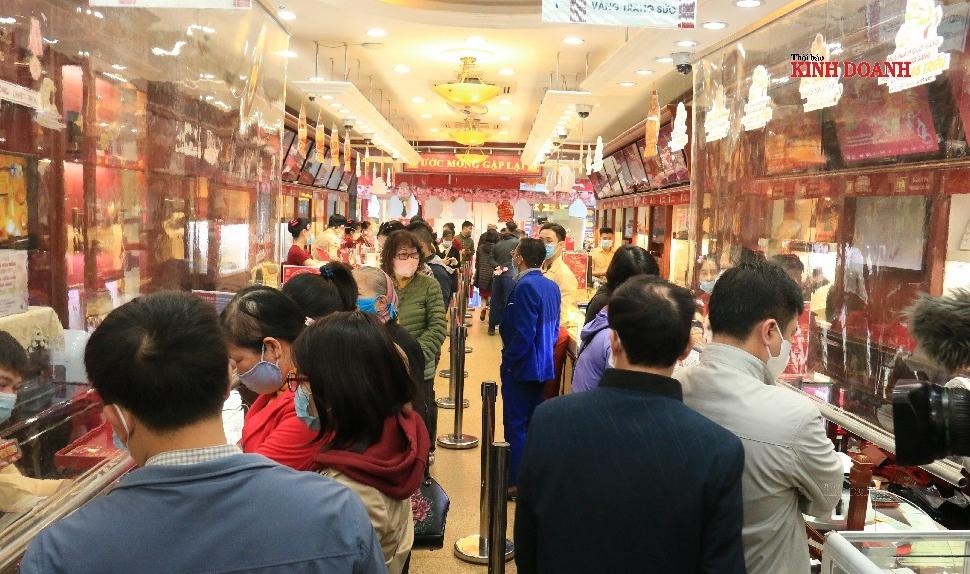Người dân đổ về phố 'vàng' ngày Thần Tài, giá vàng tăng nhẹ