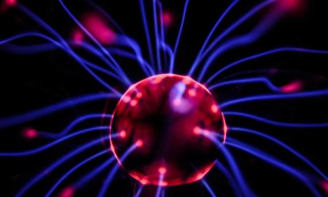 <p> Các nhà nghiên cứu Cambridge đã thành công trong việc tạo ra một bộ não mini nhân tạo có kích thước bằng bộ não của một con gián hoặc thai nhi 16 tuần tuổi từ tế bào gốc của con người.<br /><br />Tuy nhiên, trong khi não của chúng ta có từ 80 đến 90 tỷ tế bào thần kinh, thì bộ não này được phát triển trong phòng thí nghiệm chỉ có vài triệu. Do đó, cần phải kiên nhẫn để nó có khả năng nhận thức, suy nghĩ và thể hiện cảm xúc như một con người. Tuy nhiên, khám phá này hứa hẹn nhiều điều to lớn về mặt tiến bộ trong nghiên cứu các bệnh thần kinh, đặc biệt là các bệnh thần kinh vận động.</p>