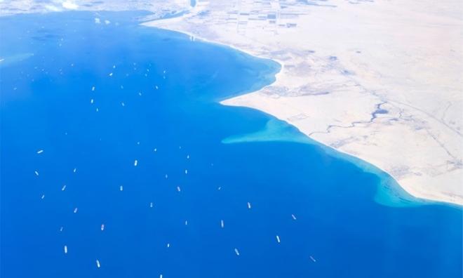 """<p class=""""Normal""""> Ossama Rabie, người đứng đầu Cơ quan Kênh đào Suez của Ai Cập (SCA), cho biết khoảng 300 tàu thuyền hiện đang mắc kẹt ở cả hai đầu của con kênh nối Biển Đỏ với Địa Trung Hải.</p><p class=""""Normal"""">Tính tới ngày 28/3, số lượng tàu bị ùn ứ và đang chờ để đi qua Kênh đào Suez đã lên tới 369 chiếc, trong đó có 25 tàu chở dầu.</p>"""