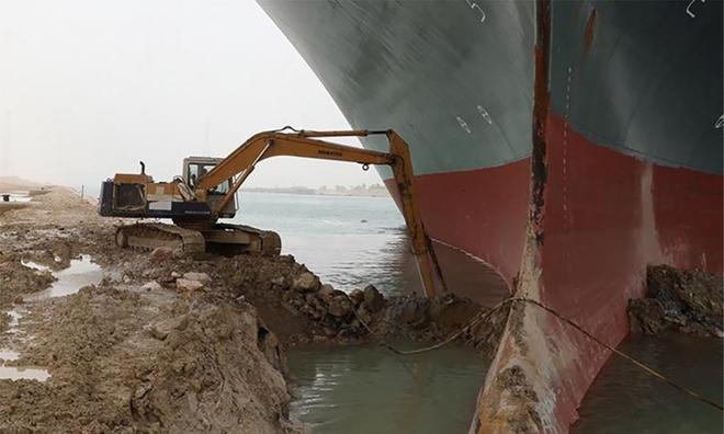 <p> Plamen Natzkoff, chuyên gia tại VesselsValue, nói với AFP rằng tàu Ever Given không chỉ mắc cạn trên lớp cát bề mặt, mà còn mắc kẹt trên bờ - trong các ngân hàng.</p>