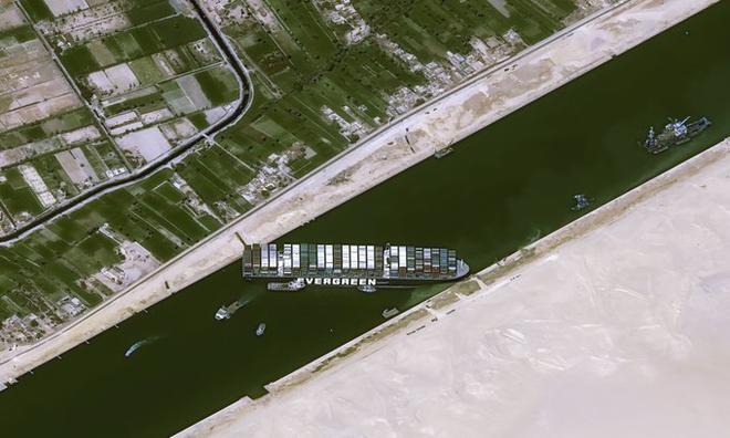 <p> Tại điểm rộng nhất, kênh đào Suez chỉ đo được 345 mét, ngăn con tàu có thể quay đầu trong giới hạn thủy sinh hẹp. Hình ảnh vệ tinh được chụp vào sáng thứ Năm đã đưa kích thước của Ever Given vào góc nhìn, cho thấy con tàu nằm xiên ngang qua con kênh và ngăn không cho bất kỳ chiếc thuyền nào đi qua.</p>