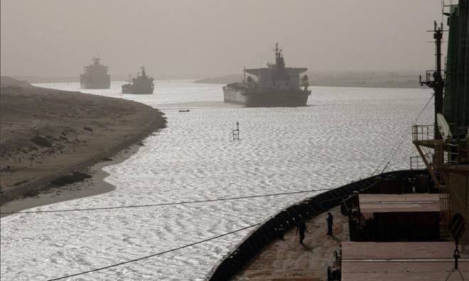 <p> 14 tàu lai dắt đã được triển khai xung quanh tàu bị nạn và các đội cứu hộ đã làm việc suốt ngày đêm.</p>