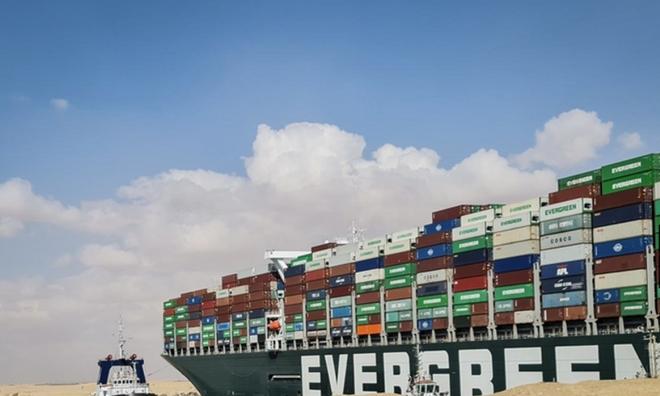 <p> Ever Given là tàu chở hàng khổng lồ thế hệ mới nhất, dài hơn 400 mét, tương đương với bốn sân bóng đá, rộng hơn 60 mét, bị gió mạnh cuốn đang mắc cạn tại Kênh đào Suez, rất khó khăn để khởi động lại.</p>