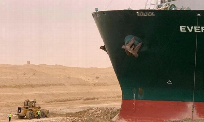 <p> Các đội cứu hộ đã dọn 27.000 m3 cát ở độ sâu 18 mét xung quanh thân tàu và đang tiếp tục các nỗ lực giải cứu.</p>