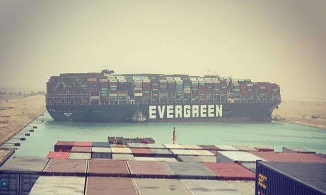 <p> Tình trạng tắc nghẽn của con kênh sau khi con tàu bị xoay ngang gây ra hậu quả tốn kém cho các hoạt động vận tải hàng hóa đường biển.</p>