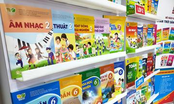 Vì sao bộ sách giáo khoa lớp 2 và lớp 6 mới có giá cao gấp 3-4 lần sách cũ?