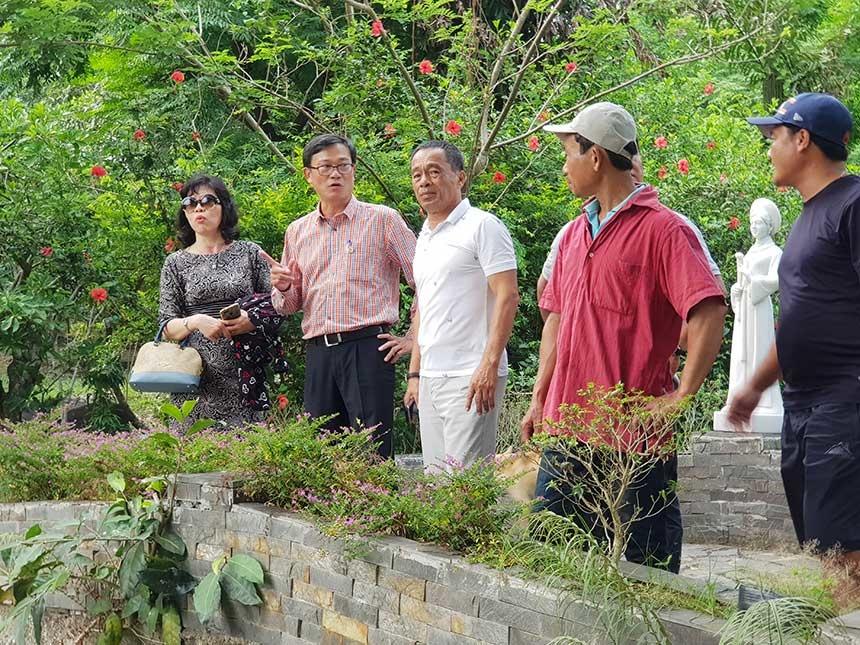 Ông Phạm Công Chính (áo hồng), Chủ tịch Liên minh HTX TP Đà Nẵng cùng Phó Chủ tịch Phan Võ Hạnh Thủy (bìa trái) tìm hiểu nguyện vọng của người d ân quận Liên Chiểu về phát triển kinh tế vườn rừng kết hợp với làm du lịch sinh thái