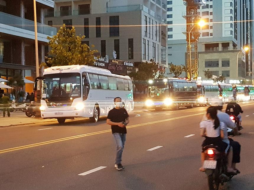 Đoàn xe đưa công dân Việt Nam từ nước ngoài về cách ly tự trả phí tại các khách sạn trên địa bàn Đà Nẵng