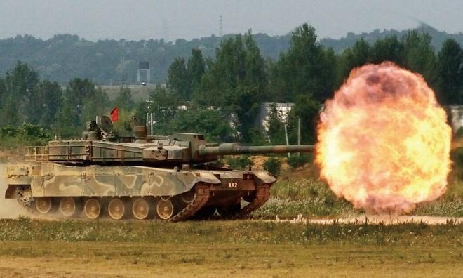 """<p> <strong>K2 Black Panther (Hàn Quốc)</strong></p><br /><br /><p class=""""Normal"""">K2 Black Panther, được Hàn Quốc trang bị cho<span>quân đội vào</span><span>năm 2014, là một trong những loại xe tăng đắt nhất thế giới. Chi phí của mỗi chiếc lên tới 8,5 triệu đô la (khoảng 7 triệu euro). Được phát triển từ năm 1995 bởi Hyundai Rotem, một công ty con của nhà sản xuất xe hơi, chiếc xe tăng chiến đấu này được trang bị một khẩu pháo 120 mm, có khả năng bắn 10 phát mỗi phút. Dù dài 10 mét (bao gồm cả thùng) và nặng 55 tấn, nó có thể đạt tốc độ tối đa 70 km / h trong bán kính 450 km.</span></p><p class=""""Normal"""">Loại xe tăng này đáng chú ý ở chỗ nó được trang bị các khối giáp nổ phản ứng, giúp giảm tốc độ bắn thủng của đạn.</p>"""