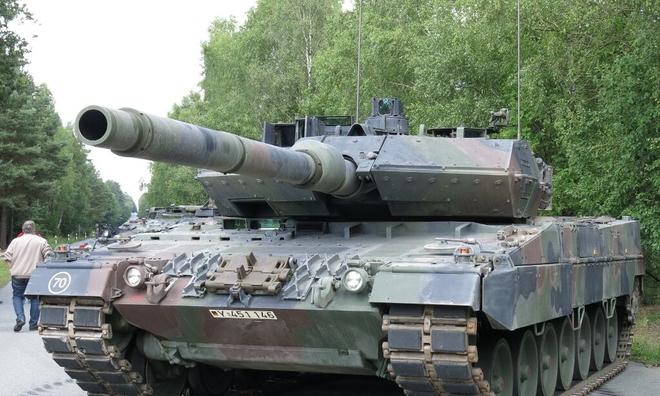 """<p> <strong>Leopard 2A7 + (Đức)</strong></p><br /><br /><p class=""""Normal"""">Được thiết kế bởi công ty Đức Krauss-Maffei Wegmann, Leopard 2A7 + lần đầu tiên được trình làng vào năm 2010 tại triển lãm quân sự Eurosatory. Chiếc xe bọc thép này dài gần 11 mét (bao gồm cả súng), nặng 67 tấn và có thể chứa một kíp lái bốn người. Giống như K2 Black Panther, nó được trang bị hệ thống bảo vệ NBC giúp điều áp khoang hành khách để cách ly nó khỏi các mối đe dọa phóng xạ, sinh học hoặc hóa học.</p><p class=""""Normal"""">Leopard 2A7 + cũng có hệ thống bảo vệ tên lửa và mìn 360 độ. Ngoài pháo chính 120mm, xe tăng Đức có thể được trang bị súng máy cũng như súng phóng lựu. Kể từ năm 2011, Leopard 2A7 + đã đạt được một số thành công về xuất khẩu với<span>những khách hàng đáng chú ý</span><span>: Canada, Ả Rập Xê-út, Qatar và Hungary.</span></p>"""