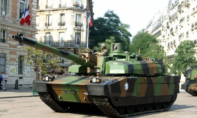 """<p> <strong>Leclerc (Pháp)</strong></p><br /><br /><p class=""""Normal"""">Xe tăng Leclerc được đưa vào biên chế trong quân đội Pháp năm 1992, thay thế cho AMX-30. Được phát triển bởi nhà công nghiệp Nexter Systems, chiếc xe bọc thép nặng 56 tấn này có thể đạt vận tốc 55 km/h trên mọi địa hình và lên đến 72 km/h trên đường trường. Pháo<span>của nó</span><span>120mm đi kèm với súng máy hạng nặng 12,7mm cũng như tháp pháo phòng không 7,62mm.</span><br /><br /><span>Đây là chiếc duy nhất có thể bắn vào mục tiêu cố định cách 4000 mét khi đang lái xe. Leclerc được trang bị hệ thống quản lý chiến trường FINDERS (Hệ thống thông tin nhanh, điều hướng, quyết định và báo cáo), được phát triển bởi Nexter Systems. Hệ thống giao diện bản đồ này cho phép bạn xem được vị trí của lực lượng đồng minh và kẻ thù và các mục tiêu chỉ định. Một công cụ bắn kỹ thuật số cũng được trang bị trên loại xe tăng này, cung cấp cho người vận hành khả năng lựa chọn sáu mục tiêu khác nhau.</span></p><p class=""""Normal"""">Ngoài Pháp, xe tăng Leclerc cũng trang bị cho quân đội Các tiểu vương quốc Ả Rập thống nhất.</p>"""