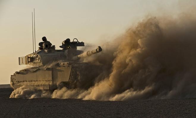 """<p> <strong>Challenger 2 (Vương quốc Anh)</strong></p><br /><br /><p class=""""Normal"""">Challenger 2 đã được q<span>uân đội Anh cũng như Oman</span><span>đưa vào phục vụ từ năm 1998. Được thiết kế bởi BAE Systems, với trọng lượng</span><span>64 tấn,</span><span>nó có kích thước chỉ hơn 8 mét (bao gồm cả thùng). Xe tăng này có thể chở 4 binh sĩ cũng như 50 quả đạn pháo 120mm. Tầm nhìn của xạ thủ được cải thiện nhờ hệ thống quang điện tử do Thalès phát triển, có tầm bắn từ 200 mét đến 10 km.</span></p><p class=""""Normal"""">Giá thành của mỗi chiếc xe tăng này lên tới 4,2 triệu bảng Anh.</p>"""
