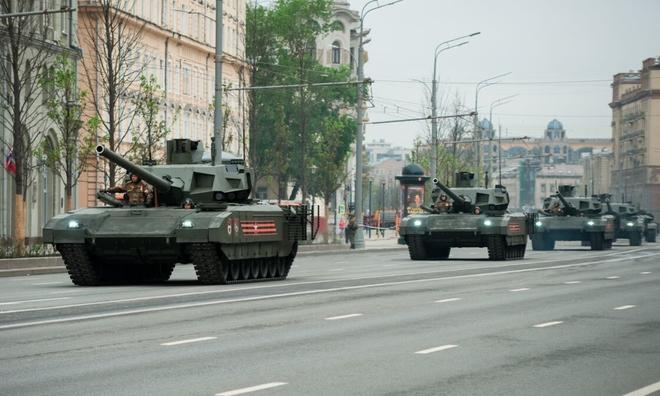 """<p> <strong>T-14 Armata (Nga)</strong></p><br /><br /><p class=""""Normal"""">Được thiết lập để trở thành xe tăng chiến đấu chủ lực trong tương lai của quân đội Nga, T-14 Armata lần đầu tiên được trình làng vào năm 2015 trong lễ duyệt binh kỷ niệm 70 năm chiến thắng chủ nghĩa phát xít. Xe bọc thép dự kiến sẽ chính thức đi vào hoạt động trong năm nay, mặc dù nó đã được thử nghiệm ở Syria. Việc sản xuất nối tiếp cũng được lên kế hoạch cho năm nay.</p><p class=""""Normal"""">Được trang bị một khẩu pháo 125mm và một tháp pháo tự động, nó cũng có một súng máy đồng trục 7,62mm. Động cơ diesel có thể đẩy cỗ máy xe tăng 55 tấn của nó ở tốc độ tối đa 90 km/h (trên đường), trong bán kính 600 km.</p><p class=""""Normal"""">Các camera góc rộng được lắp đặt trên xe tăng cho phép phi hành đoàn có được bức tranh toàn cảnh 360 ° xung quanh xe tăng. T-14 Armata cũng được hưởng lợi từ hệ thống bảo vệ NBC.</p>"""