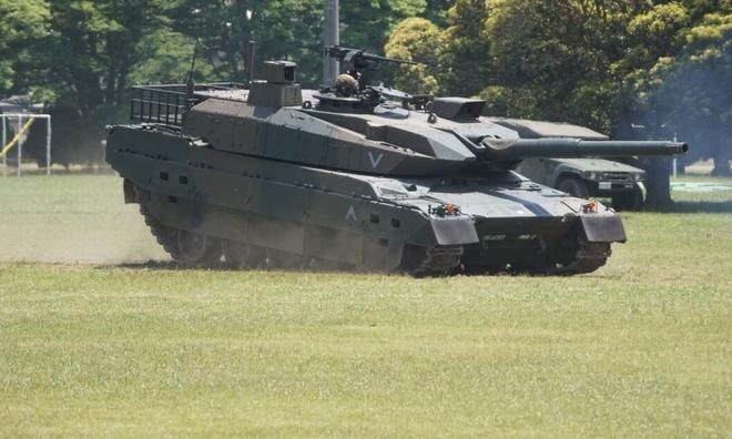 """<p> <strong>Type 10 TK-X (Nhật Bản)</strong></p><br /><br /><p class=""""Normal"""">Được phát triển bởi Mitsubishi Heavy Industries và đưa vào trang bị vào năm 2012, Type 10 được thiết kế để cung cấp khả năng tấn công nhanh hơn cho quân đội Nhật Bản: với trọng lượng 48 tấn, nó nhẹ hơn và cơ động hơn so với người anh em lớn của nó là Type 90. Loại máy này được trang bị vũ khí với một khẩu pháo 120mm, được trang bị một lớp giáp composite gốm và thép tinh thể nano bảo vệ nó khỏi tên lửa và đạn chống tăng. Type 10 cũng có một súng máy hạng nặng 12,7mm và 7,62mm đồng trục.</p><p class=""""Normal"""">Xe tăng này cũng được hưởng lợi từ hệ thống điều khiển hỏa lực được cải tiến và công cụ tìm khoảng cách bằng laser để tấn công các mục tiêu đứng yên và di chuyển.</p><p class=""""Normal"""">Động cơ V8 của nó cho phép nó đạt 70 km/h cả tiến và lùi, trong phạm vi 440 km. Mỗi chiếc Type 10 có giá 954 triệu yên (tương đương 7,2 triệu euro).</p>"""