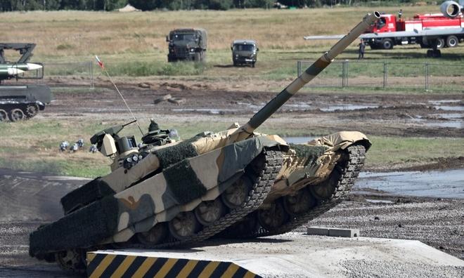 """<p> <strong>T-90M (Nga)</strong></p><br /><br /><p class=""""Normal""""><span>T-90M là</span>phiên bản cải tiến của T-90 và được đi vào hoạt động vào năm 2019. Loại xe bọc thép nặng 48 tấn này do Uralvagonzavod sản xuất, có thể chứa ba thành viên phi hành đoàn. Cơ thể của nó được bao phủ bởi lớp giáp phản ứng nổ có tên là Relikt - nó cũng được hưởng lợi từ hệ thống bảo vệ NBC. Khẩu 125mm của nó có độ chính xác cao hơn từ 15 đến 20% so với khẩu được lắp trên phiên bản tiền nhiệm. T-90M thậm chí có thể bắn tên lửa chống tăng có điều khiển vào các trực thăng bay thấp, với tầm bắn từ 4 đến 5 km.</p><p class=""""Normal"""">Xe bọc thép còn có một súng máy hạng nặng 12,7mm được điều khiển từ xa cũng như một súng máy đồng trục 7,62mm.</p>"""