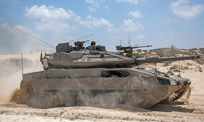 """<p> <strong>Merkava Mark IV (Israel)</strong></p><br /><br /><p class=""""Normal""""><span>Merkava Mark IV là phiên bản mới nhất đ</span>ược trang bị hệ thống bảo vệ chủ động Trophy. Tiểu đoàn đầu tiên của Mark IV đi vào phục vụ năm 2004. Phiên bản mới nhất của Mark IV, Barak, được giới thiệu vào tháng 7 năm 2018. Nó bao gồm nhiều cải tiến, bao gồm cải tiến cảm biến và trí tuệ nhân tạo và khả năng thực tế ảo. Tai nghe thực tế tăng cường cho phép phi hành đoàn có cái nhìn tổng thể xung quanh chiếc xe bọc thép.</p><p class=""""Normal"""">Dài 7,60 m và rộng 3,72 m, nó có thể chở 8 lính bộ binh cùng với bộ ba chỉ huy xe tăng-lái-pháo binh. Với khẩu pháo 120mm, nó có thể bắn khi đang di chuyển, đặc biệt là vào trực thăng. Hệ thống bắn máy tính cho phép khóa mục tiêu đang di chuyển, ngay cả khi xe tăng đang di chuyển đồng thời.</p><p class=""""Normal"""">Merkava Mark IV cũng có súng máy 7,62mm và súng cối 60mm được điều khiển từ buồng lái - khẩu súng sau có tầm bắn 2.700 mét. Trọng lượng 65 tấn của nó được trang bị động cơ diesel V12, có tầm hoạt động 500 km. Đơn giá của nó, chưa bao giờ được tiết lộ chính thức, ước tính vào khoảng 6 triệu USD.</p>"""