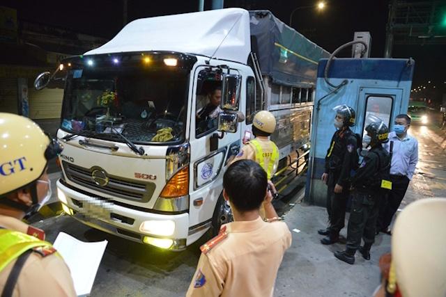 xe-van-chuyen-hang-hoa-vao-TP-2432-3865-