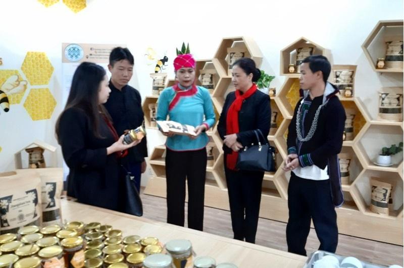 3-khach-hang-tham-quan-cua-han-9171-8397
