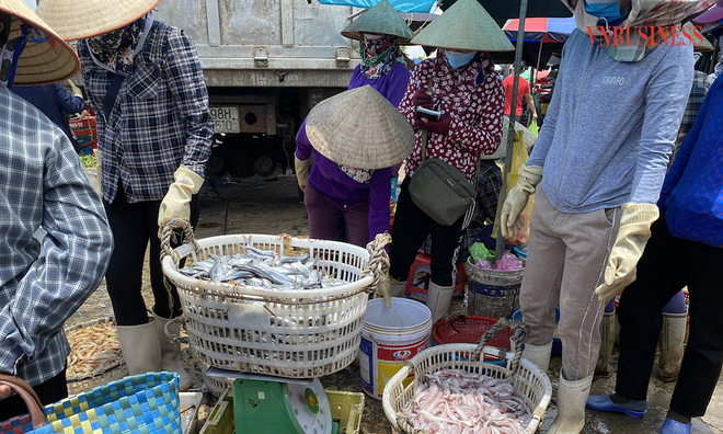 """<p> <em>Ngay sau khi tàu cập cảng cá Tân Sơn, các loại cá, tôm được thương lái và người dân thu mua tại chỗ, đưa về các chợ đầu mối hoặc chế biến để phơi.</em><em style=""""color:rgb(0,0,0);"""">Hầu hết các mặt hàng ở đây đều được tiêu thụ hết trong ngày.</em></p>"""