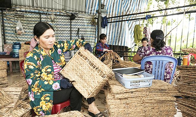 Độc đáo nghề đan lục bình tạo hàng nghìn việc làm ở Cao Lãnh