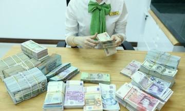 Đầu tuần, giá vàng tiếp đà giảm, đồng USD biến động trái chiều